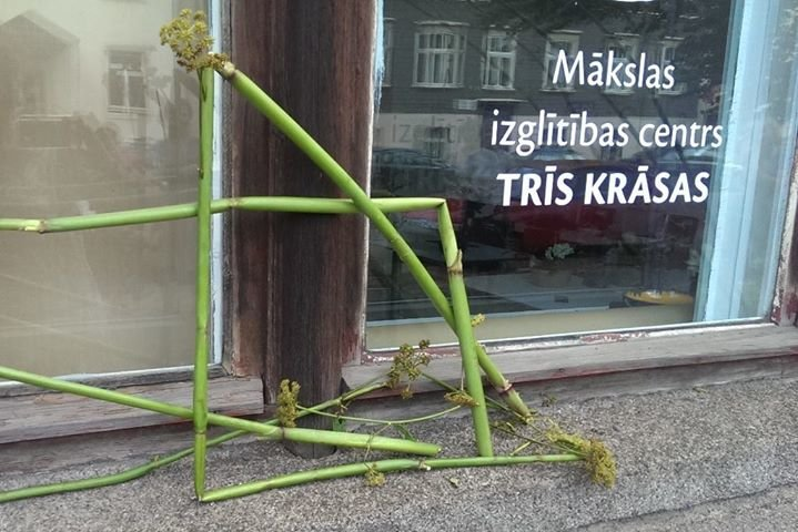 TRĪS KRĀSAS cover