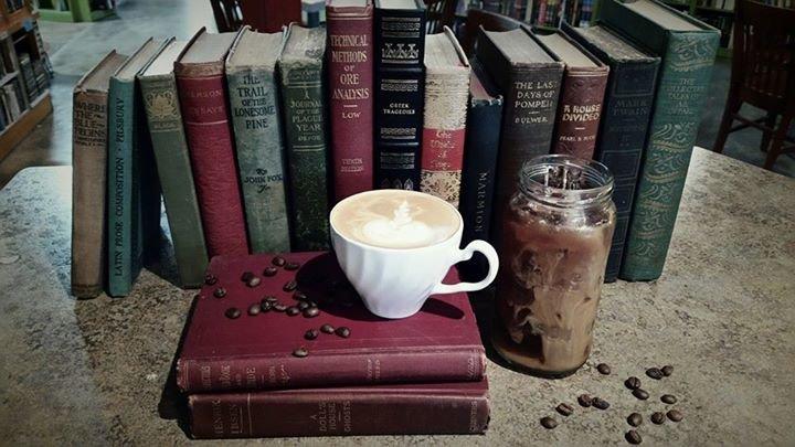 Julia's Café & Books cover