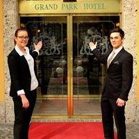 Schüler führen das Grand Park Hotel